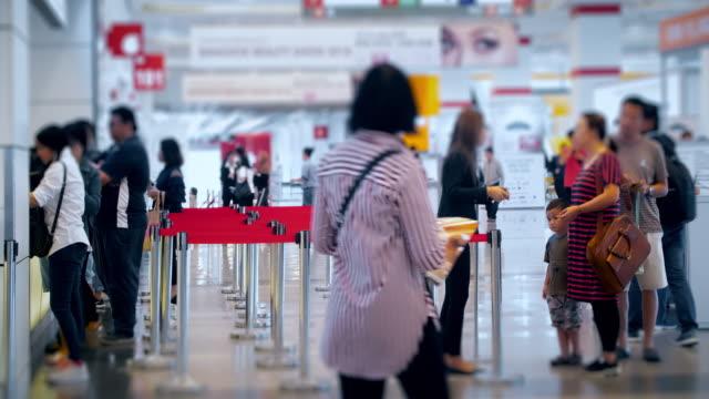 vídeos y material grabado en eventos de stock de lapso de tiempo de 4 k 4096 x 2160: siguiente en línea, la multitud en pasajeros aeropuerto check-in en el mostrador de boletos con prores 422hq (contenido de desenfoque). muchas personas en centro comercial en hong kong - register