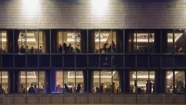 4 K の時間経過 4096 x 2160: レストラン ファーストフードから外夜の時間で香港での群衆。で ProRes 422HQ。 ビデオ