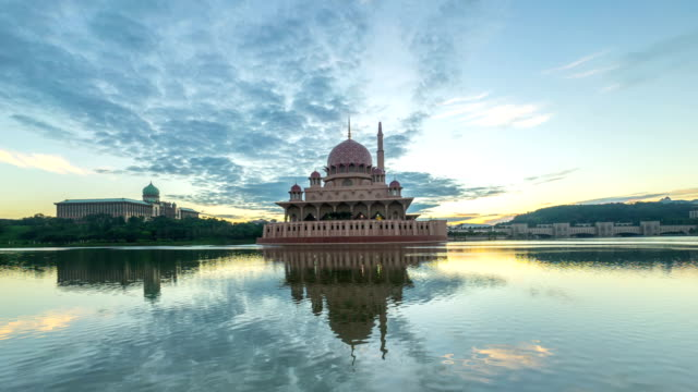 Time lapse 4k Footage of dramatic Sunrise At Putra Mosque, Putrajaya. Zoom out. video