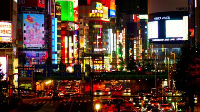 4 k の時間経過の東京歌舞伎町新宿周辺交通量多く - 街灯点の映像素材/bロール