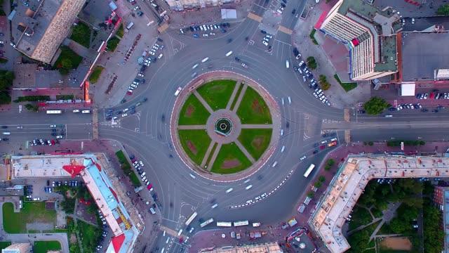 vídeos de stock e filmes b-roll de time lapse aerial shot of busy roundabout during rush hour in novosibirsk - circular economy
