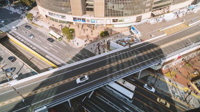東京の群衆車と横断歩道交差点銀座の交通を持つ陸橋のタイムラプス空中写真 - 経済点の映像素材/bロール