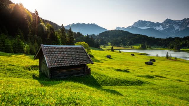 zeitraffer: allgäuer berglandschaft in bayern - blockhütte stock-videos und b-roll-filmmaterial