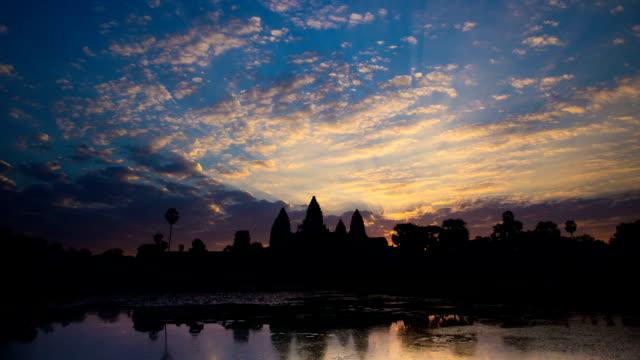 vídeos de stock e filmes b-roll de time lapse-angkor wat nascer do sol - buda