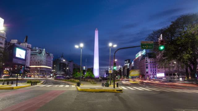 arka planda dikilitaş ile 9 de julio bulvarı'nda alacakaranlıkta zaman atlamalı, buenos aires, arjantin - obelisk stok videoları ve detay görüntü çekimi