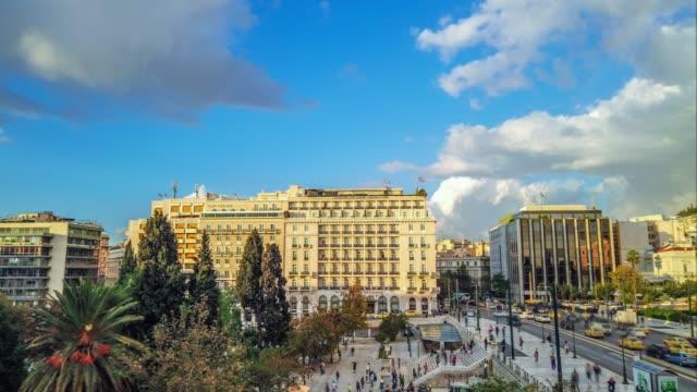 vídeos de stock, filmes e b-roll de lapso de tempo - atenas, greece, quadrado de syntagma, povos, carros, nuvens - atenas grécia