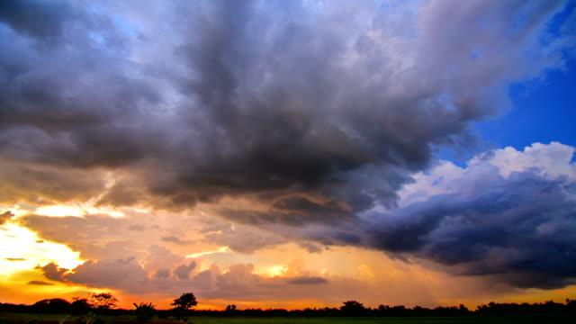 vidéos et rushes de 4k time-lapse: fond mobile nuage pluie au coucher du soleil - ciel orageux