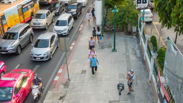 time lapse bangkok verkehr mit menschen zu fuß - religiöses symbol stock-videos und b-roll-filmmaterial