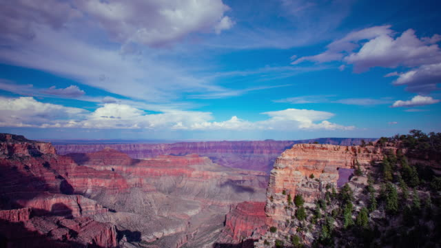 vídeos de stock, filmes e b-roll de nuvens de beautiful-lapso de tempo se movendo ao longo da borda norte de grand canyon no arizona - largo descrição geral
