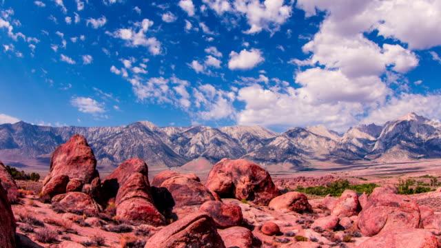低速度撮影 - 美しい造岩の上に移動する雲の アラバマヒルズ - カリフォルニアシエラネバダ点の映像素材/bロール