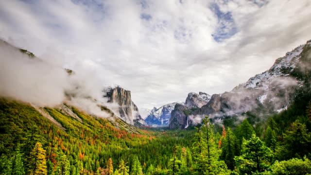 時間の経過 - 美しい雲トンネル ビューからヨセミテ渓谷の上に移動 - カリフォルニアシエラネバダ点の映像素材/bロール