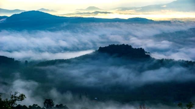 4k zaman atlamalı güzel sis vadide - fantastik stok videoları ve detay görüntü çekimi