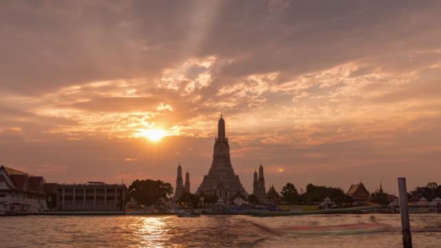 4kタイムラプス:バンコクのワットアルンの美しいパゴダ。 - 仏塔点の映像素材/bロール