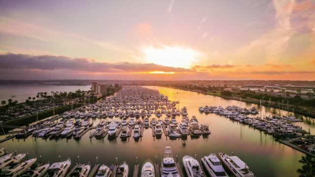 vídeos de stock, filmes e b-roll de tempo lapso - belo pôr do sol no porto de 4k - marina