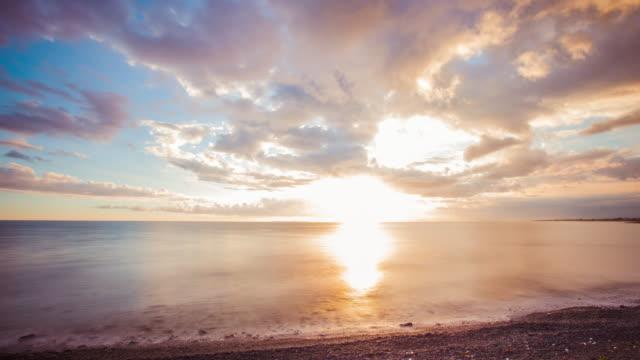 vídeos de stock e filmes b-roll de time lapse - beautiful sunset cloudscape by the ocean - 4k - linha do horizonte sobre água
