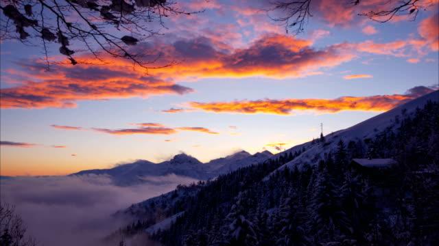 時間の経過: 山に沈む夕日 ビデオ