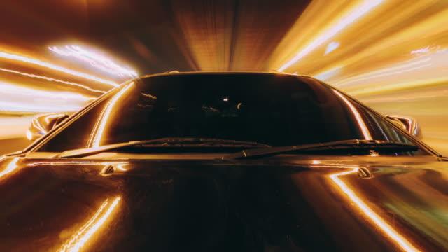 stockvideo's en b-roll-footage met time lapse zwarte auto rijden op de weg 's nachts - er even tussenuit