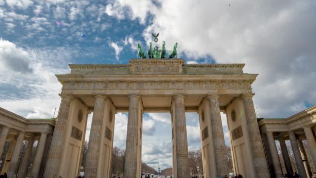 Tijdsverloop. Brandenburger Tor in Berlijn, Duitsland is een beroemde nationale bezienswaardigheid en toeristische attractie op Unter den Linden, in de Mitte deel van de Duitse Capitol City video