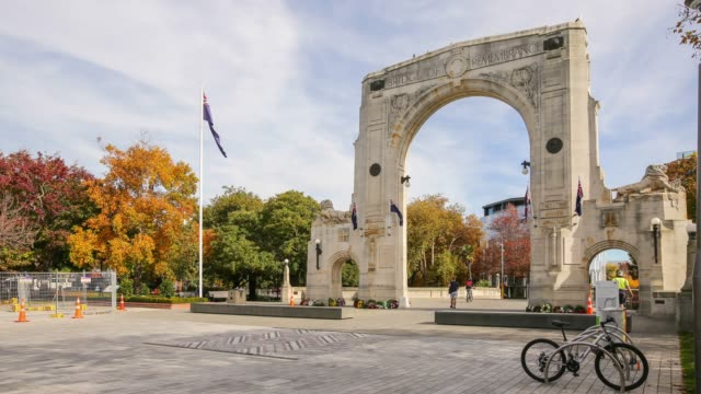 4k time lapse : bridge of remembrance in christchurch city, new zealand. - christchurch nuova zelanda video stock e b–roll