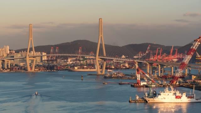 vídeos de stock, filmes e b-roll de lapso de tempo de 4k: noiva de porto de busan, horizonte da cidade de busan, na coreia do sul - coreia