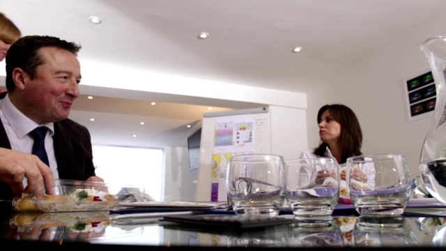 stockvideo's en b-roll-footage met time lapse business meeting - dubbelopname businessman
