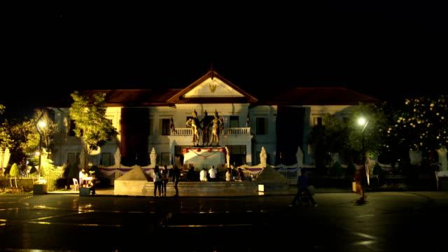時間流逝清邁市政廳和三國王紀念碑在晚上 - 東南 個影片檔及 b 捲影像