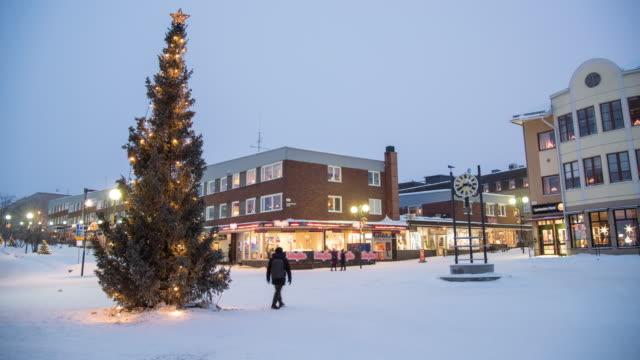 4k tidsfördröjning: julgran i kiruna stad i vinter - norrbotten bildbanksvideor och videomaterial från bakom kulisserna