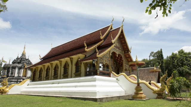 time lapse church in wat phra yuen, wiang yong subdistrict, mueang lamphun district, lamphun province ; panning motion - lunghezza video stock e b–roll