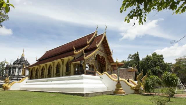 time lapse church in wat phra yuen, wiang yong subdistrict, mueang lamphun district, lamphun province ; zoom out motion - lunghezza video stock e b–roll
