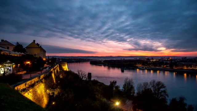 vídeos de stock, filmes e b-roll de 4 k lapso de tempo da cidade à noite - sérvia