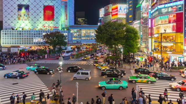 4 K の時間経過: 東京で有名な渋谷交差点を渡る人々 の都市歩行者交通 ビデオ