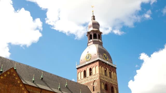 time lapse klipp, lettland, spike katedralen riga domsky mot bakgrund av den molnig himmel - peter the apostle bildbanksvideor och videomaterial från bakom kulisserna