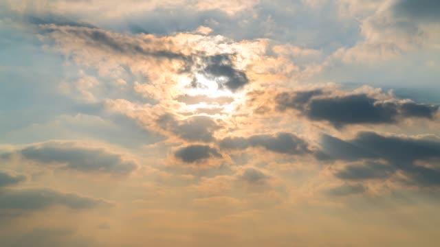 4k time lapse cloud cielo sole - alba crepuscolo video stock e b–roll