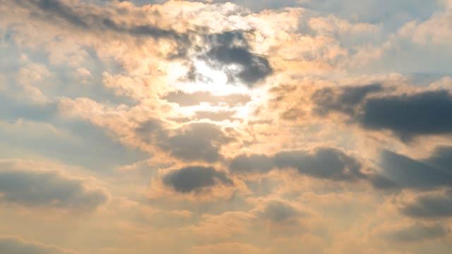 vídeos de stock, filmes e b-roll de lapso de tempo de 4k sol de céu de nuvem - meteorologia