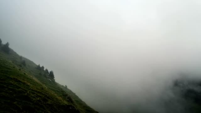 time lapse moln flyta i dalen under ikoniska schweiziska berget eiger nära grindelwald byn bern region schweiz alperna resa europa wanderlust - grindelwald bildbanksvideor och videomaterial från bakom kulisserna
