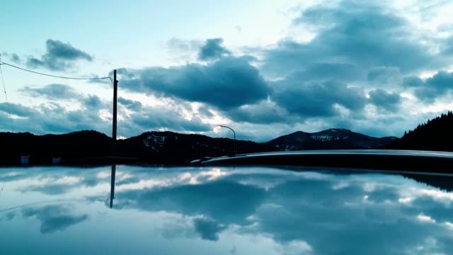 vídeos y material grabado en eventos de stock de tiempo lapso las nubes mueven y reflejan en el lago - basalto