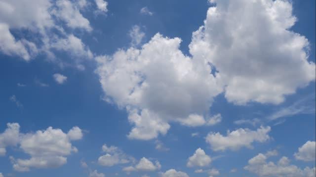 vídeos de stock, filmes e b-roll de nuvens de lapso de tempo no céu. - cúmulo