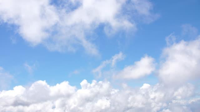 zeit-zeitraffer-wolken über den berg - zirrus stock-videos und b-roll-filmmaterial
