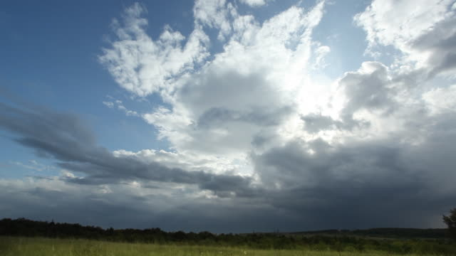 zeitraffer wolken - zirrus stock-videos und b-roll-filmmaterial