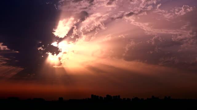 time lapse cielo nuvoloso al tramonto - paradiso video stock e b–roll