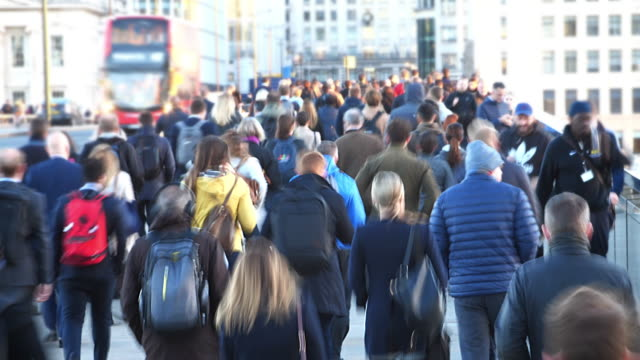 time lapse commuters walking to work, blur. high angle view. - london bridge inghilterra video stock e b–roll