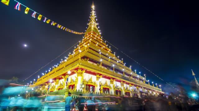 time lapse : crowd at wat(temple) in thailand night scene - stupa stok videoları ve detay görüntü çekimi