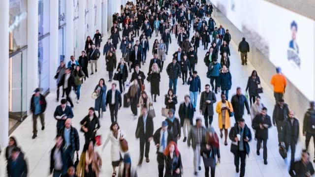 地下鉄駅で歩く乗客と観光客のタイムラプス群衆 - 雑踏点の映像素材/bロール