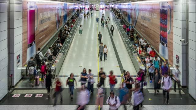 4k uhd time lapse : crowd of pedestrian pendlare på tågstationen vid hong kong station. asiatiska kinesiska livsstil och turism koncept. - kinesiskt ursprung bildbanksvideor och videomaterial från bakom kulisserna
