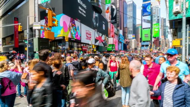 vídeos de stock, filmes e b-roll de time lapse multidão de turistas caminhando na times square - turista