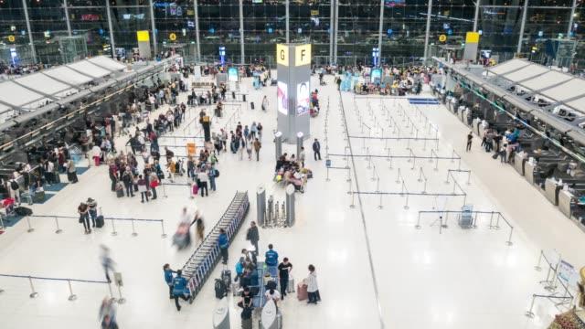 tids fördröjning: publiken av resenären turist på flyg platsen avgångs området - affärsresa bildbanksvideor och videomaterial från bakom kulisserna
