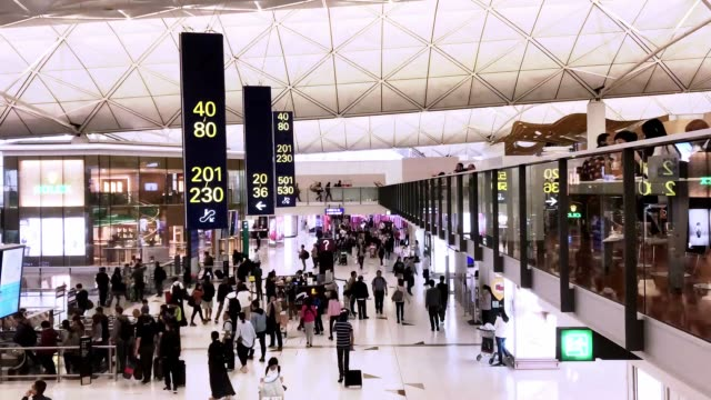 vídeos de stock e filmes b-roll de 4k time lapse : crowd passenger walking at airport terminal in hong kong - covid flight