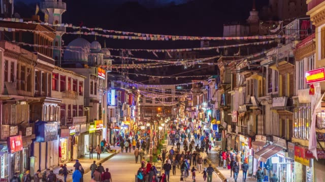 4k time lapse : crowd people walinkg night market in leh city on season winter -  norther part of india  mountains snow peaks in leh district, ladakh jammu and kashmir - kultura indyjska filmów i materiałów b-roll