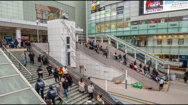 4k time lapse-publiken människor gå upp och ner trappan framför köp centrum i shinjuku-tokyo japan - billboard train station bildbanksvideor och videomaterial från bakom kulisserna
