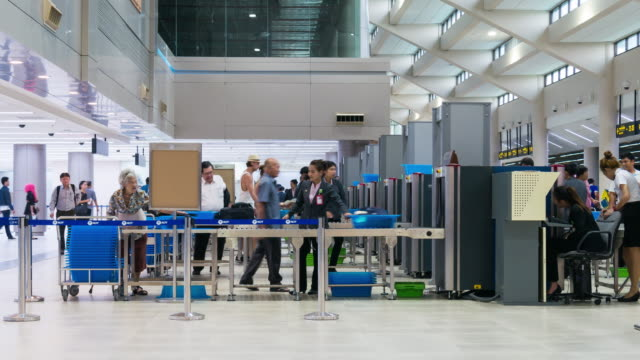 intervallo di tempo di folla queueing per il controllo di sicurezza in aeroporto - in fila video stock e b–roll